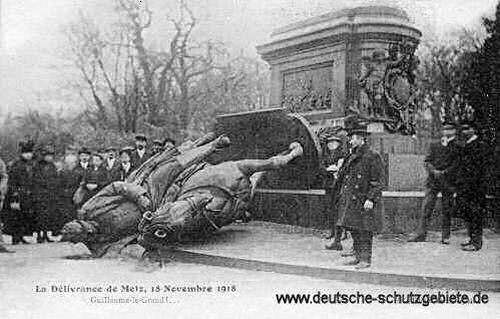 Metz am 18. November 1918, zerstörtes Kaiser Wilhelm I. Denkmal