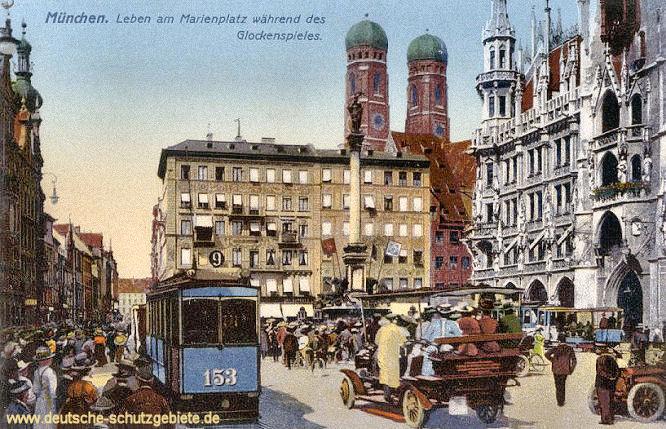 München, Leben am Marienplatz während des Glockenspiels