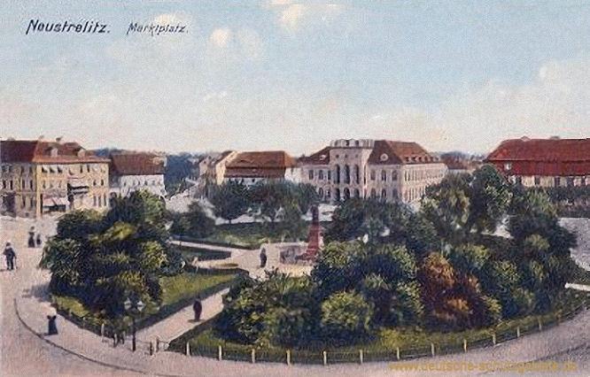 Neustrelitz, Marktplatz mit Rathaus