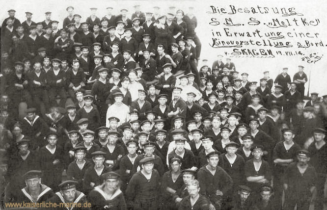 Die Besatzung S.M.S. Moltke in Erwartung einer Kinovorstellung an Bord. Skagen 19.07.1914