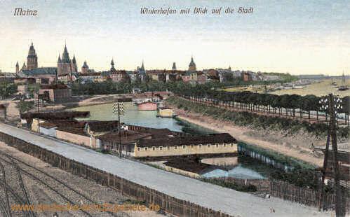 Mainz, Winterhafen mit Blick auf die Stadt