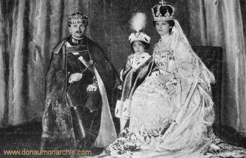 Kaiser Karl, Kaiserin Zita und Erzherzog Otto mit Krönungsinsignien in Ungarn, 1916