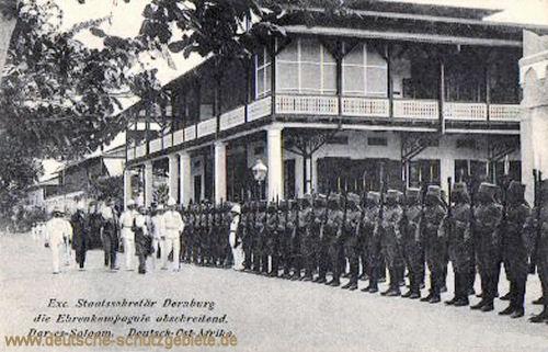Exzellenz Staatssekretär Dernburg die Ehrenkompanie abschreitend, Dar-es-Salaam 1908, Deutsch-Ost-Afrika
