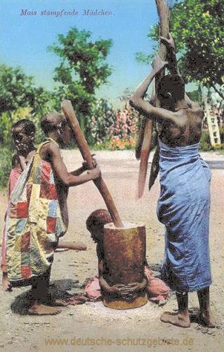 Deutsch-Ost-Afrika, Mais stampfende Mädchen