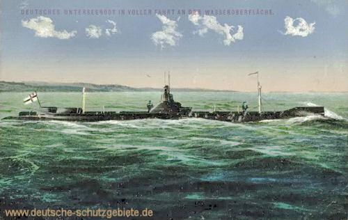Deutsches Unterseeboot in voller Fahrt an der Wasseroberfläche