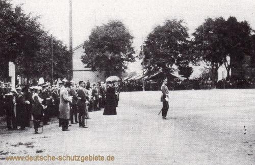 Kaiser Wilhelm II. verabschiedet am 2. Juli 1900 in Wilhelmshaven das I. und II. Seebataillon nach China