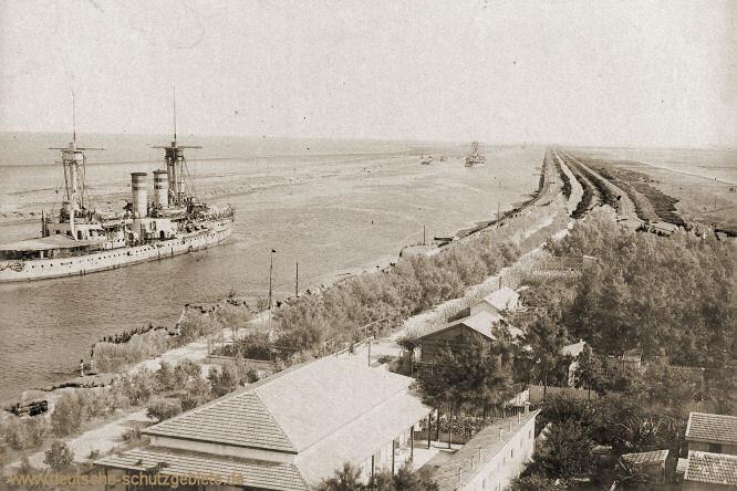 S.M.S. Brandenburg, I. Division des 1. Geschwaders - Die Brandenburgklasse im Suezkanal auf der Fahrt nach Ostasien, Juli 1900