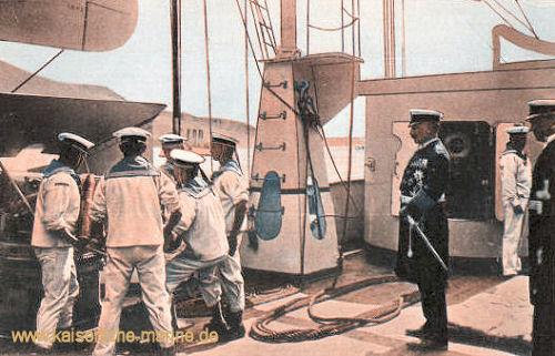 Kaiser Wilhelm II. beim Exerzieren an einer Schnellfeuerkanonen