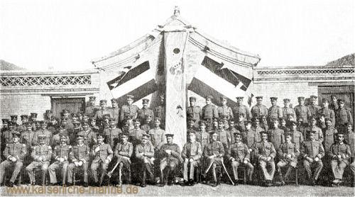 S.M.S. Iltis - Abgelöste Mannschaft mit Heimatswimpel