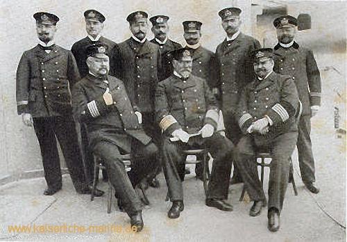 Flottenstab auf S.M.S. Kaiser Wilhelm II., 1901 Sitzend v.l.n.r.: Breusing, von Koester, Poschmann Stehend: Kühnemann, Schubert, Ahlert, Sturtz, Nordmann, Jacobsen, Ingenieur Dittrich