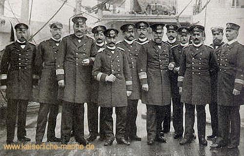 Auf S.M.S. König Wilhelm, 1894 Vizeadmiral Koester mit Offizieren des Manövergeschwaders auf S.M.S. König Wilhelm v.l.n.r.: von Diederichs, Fischel, Fritze, Zeye, Meuß, von Prittwitz, Büchsel, Koester, Funke, Oldekop, Kirchhoff, von Holzendorff, Vüllers