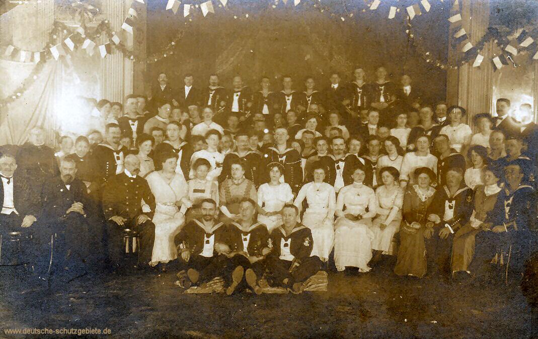 Kameradschaftsabend. Großvater der dritte in der zweiten Reihe von links, Großmutter zwei Stühle weiter rechts. Großvater Nurnberger war sehr bekannt und war der Marine Gefängnis Kommandant in Kiel.