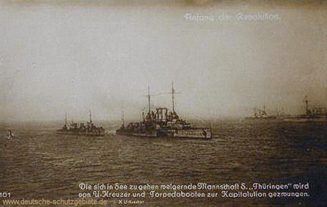 Die sich in See zu gehen weigernde Mannschaft SMS Thüringen wird von U-Kreuzer und Torpedobooten zur Kapitulation gezwungen.