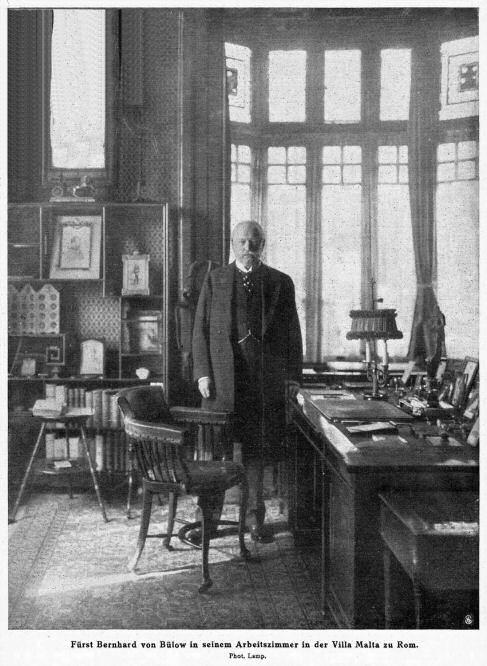 Fürst Bernhard von Bülow in seinem Arbeitszimmer in der Villa Malta zu Rom