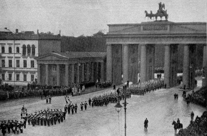 Einzug unserer heimkehrenden Chinakämpfer in Berlin durch das Brandenburger Tor.