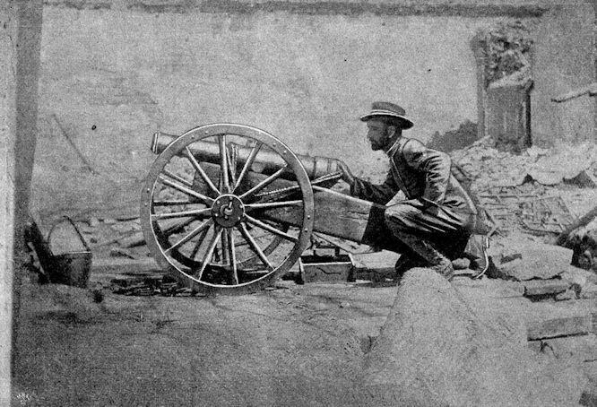 """Von den Kämpfen in Peking: Die berühmte """"internationale"""" Kanone im zerschossenen Vorhof der englischen Gesandtschaft."""