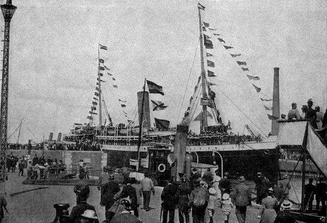 """Bilder von der Fahrt des Ostasiatischen Expeditionskorps in Bremerhaven: Der Transportdampfer """"Dresden"""" sticht in See."""