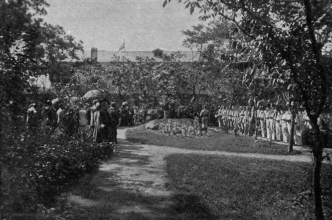 Feierliche Beisetzung der Leiche des am 21. Juni ermordeten Freiherrn von Ketteler am 18. August im garten der deutschen Gesandtschaft zu Peking.