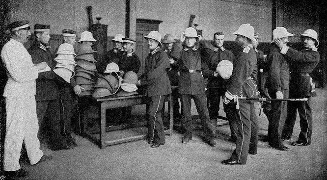 """""""Verpassen"""" der neuen Tropenhelme in der Kaserne des II. Seebataillons in Wilhelmshaven."""