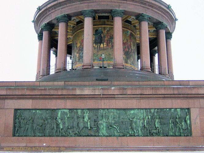Berlin, Siegessäule - Säulenrundhalle und Sockelunterbau mit friesartigen Bronzereliefs