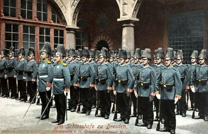 Im Schlosshofe zu Dresden, Ehrenwache vom II. Grenadier-Regiment No. 101