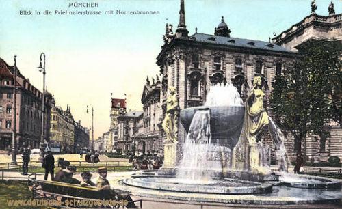 München, Prielmaierstraße mit Nornenbrunnen
