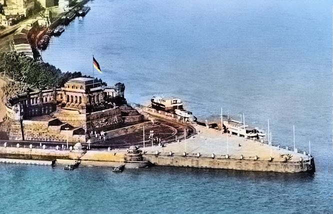 Koblenz , Deutsches Eck mit Bundesflagge
