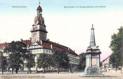 Wolfenbüttel, Schlossplatz mit Kriegerdenkmal und Schloss