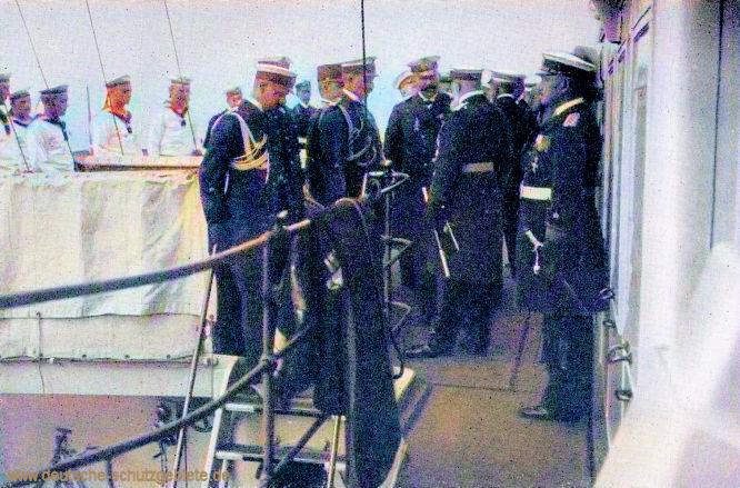 S.M.S. Hohenzollern. Erzherzog Franz Ferdinand im Gespräch mit Admiral von Holtzendorff. Links: Flügeladjutant von Bülow, rechts Admiral Scheer.